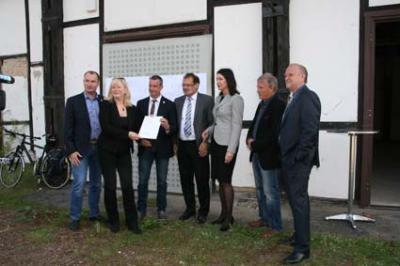 Foto zur Meldung: Minister Vogelsänger überbringt Förderscheck