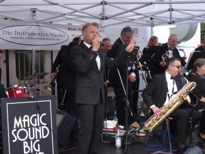 """Foto zur Meldung: Standing Ovations für die Magic Sound Big Band und Sänger Michael Seymore bei """"Live im Hof"""""""