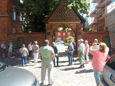 Vor der Haupteinfahrt zum Polizeipräsidium von der SOKO Wismar.