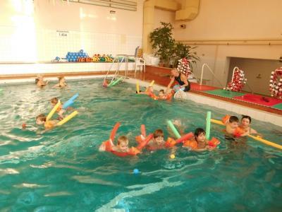 Stets hatte Uwe neue Ideen, um die Kinder im Wasser zu Schwimmbewegungen anzuregen. Durch die individuelle Betreuung konnten auch gehemmte Kinder ihre Ängste überwinden und hatten Freude im Wasser.
