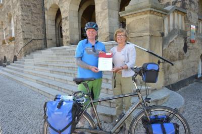 Oli mit der stellvertretenden Bürgermeisterin Waltraud Neumann, die im Namen der Stadt Wittenberge symbolisch eine Spende für den Verein Engel mit Herz überreicht. I Foto: Christiane Schomaker