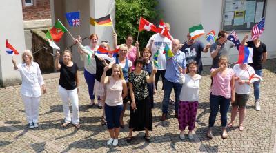 Flagge zeigen am Diversity Tag: Die Beschäftigten der Stadt Maintal schwenken die Flaggen ihrer Geburtsländer und feiern damit ihre Vielfalt.