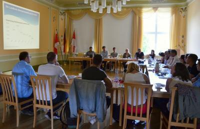 Vor Gesprächsbeginn gab Landrat Siegurd Heinze der Studentengruppe eine Einführung in die soziale und wirtschaftliche Entwicklung des OSL-Kreises. Foto Landkreis