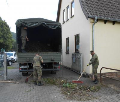 Foto zu Meldung: Zweiter Umwelttag der Bundeswehr in der Gemeinde Krayenberggemeinde am 26.07.2017