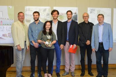 Die Preisträger vom Büro rundzwei Architekten mit Bürgermeister Dr. Oliver Hermann (r.), Prof. Ludger Brands (2.v.r) und Torsten Diehn (l.) I Foto: Christiane Schomaker