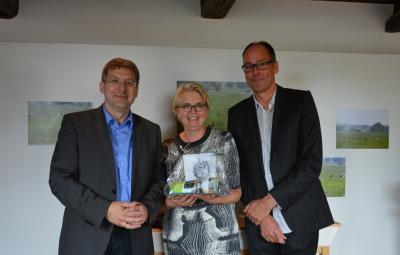 """Bürgermeister Dr. Oliver Hermann (l.) gratuliert dem Betreiberpaar des neuen Cafés, Loes Dekker und Peter Sinnige, zur Eröffnung des """"Clifton"""". I Foto: Christiane Schomaker"""