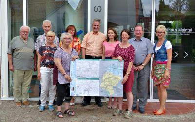 Bild zeigt Bürgermeisterin Monika Böttcher mit den Mitgliedern des Fahrgastbeirats, sie halten gemeinsam einen neuen Fahrplan hoch