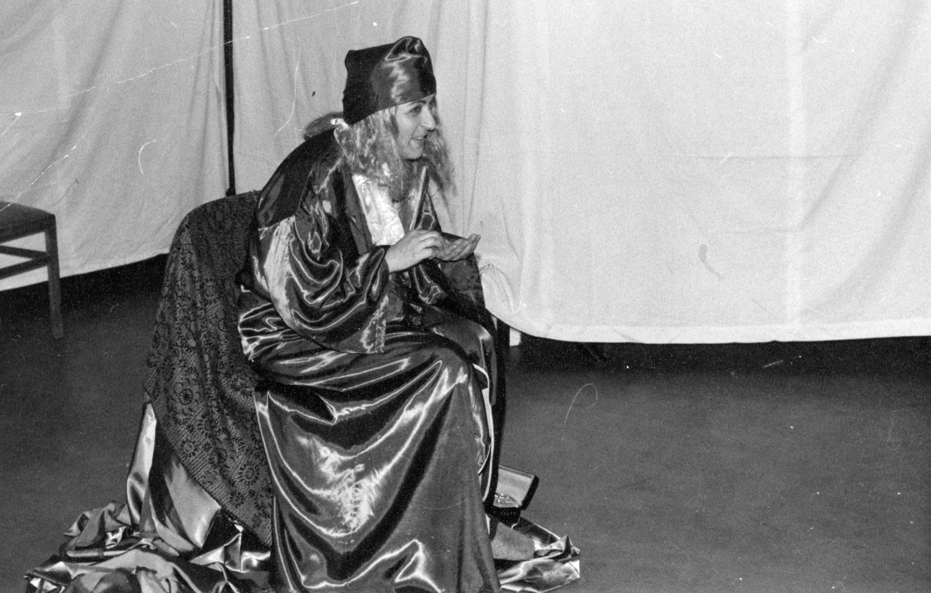 """Michaela Kretschmer, die langjährige Leiterin des Ensembles, in der rolle der bösen Königin im Stück """"Die 7 Zwerge"""". Foto: Archiv Amateurtheater"""
