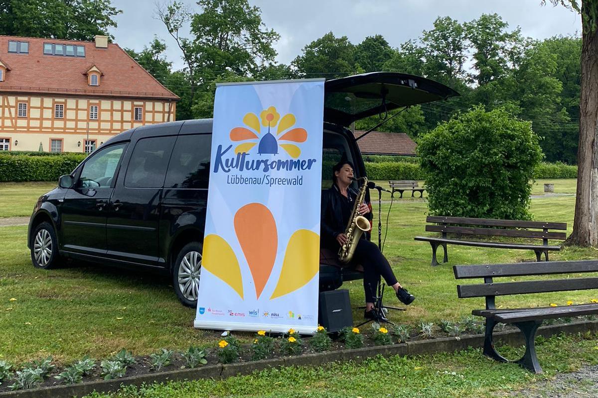Saxophonistin Marie-Joana spielt im Lübbenauer Rosengarten (Foto: Marie Heinrich)