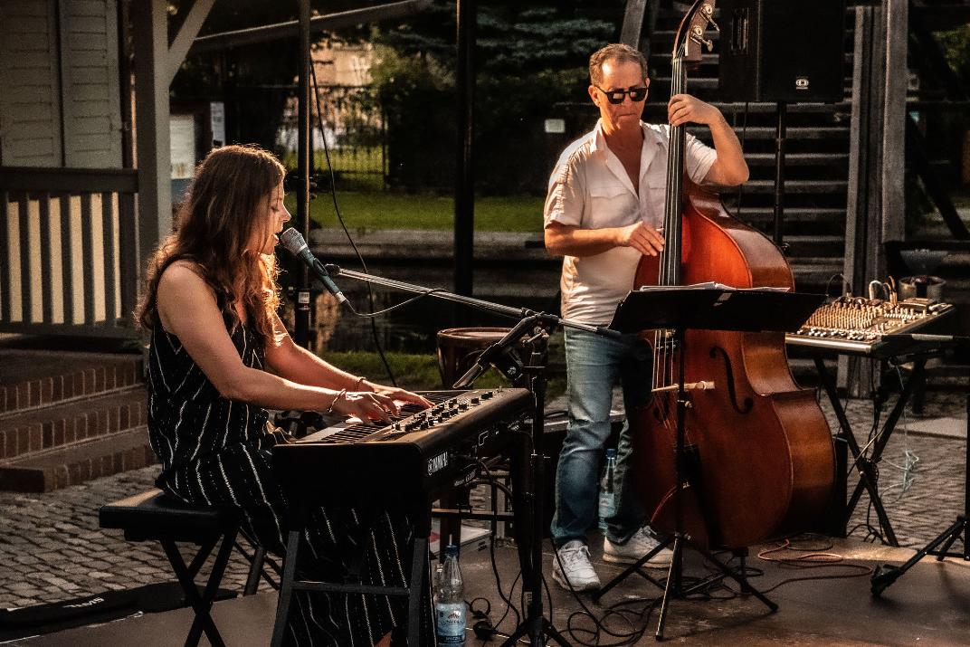 """Zum Ausklang der Spreewälder Sommerabende findet immer mittwochs und freitags das """"Chillen am Hafen"""" mit Live-Musik direkt am Wasser statt. (Foto: Steven Schwerdtner)"""