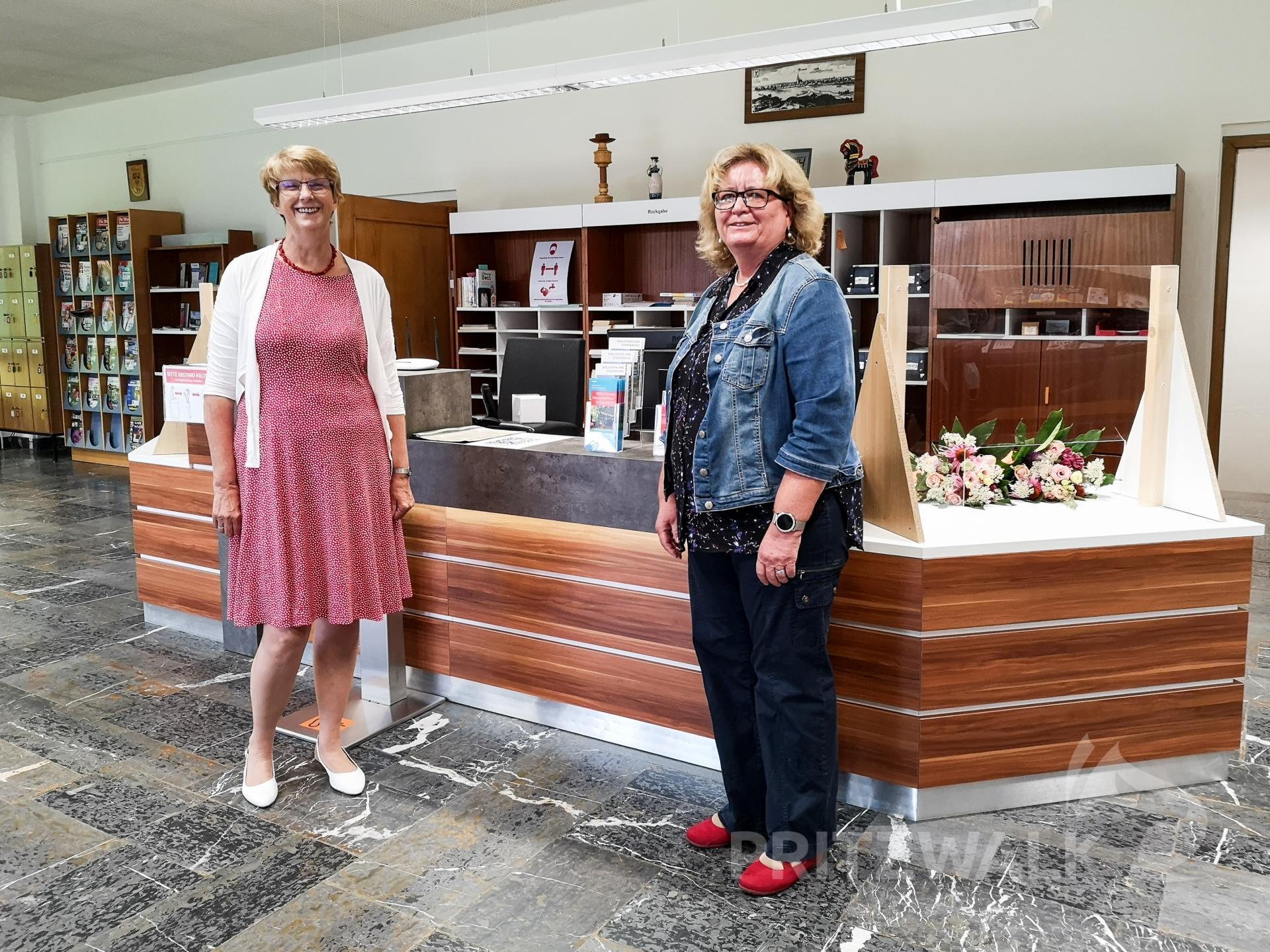 Marita Rehm und Angela Kludas, wie sie viele Leserinnen und Leser der Stadtbibliothek Pritzwalk kennen. Sie gehen in den Ruhestand. Foto: Beate Vogel