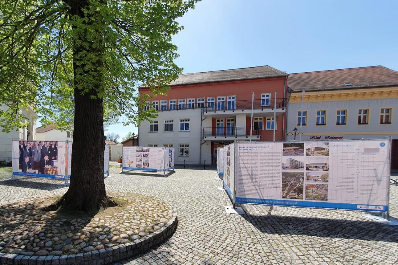 Bild1  Blick auf die Freiluftausstellung auf dem Lübbenauer Kirchplatz, Quelle: LUEBBENAUBRUECKE, Michael Hensel