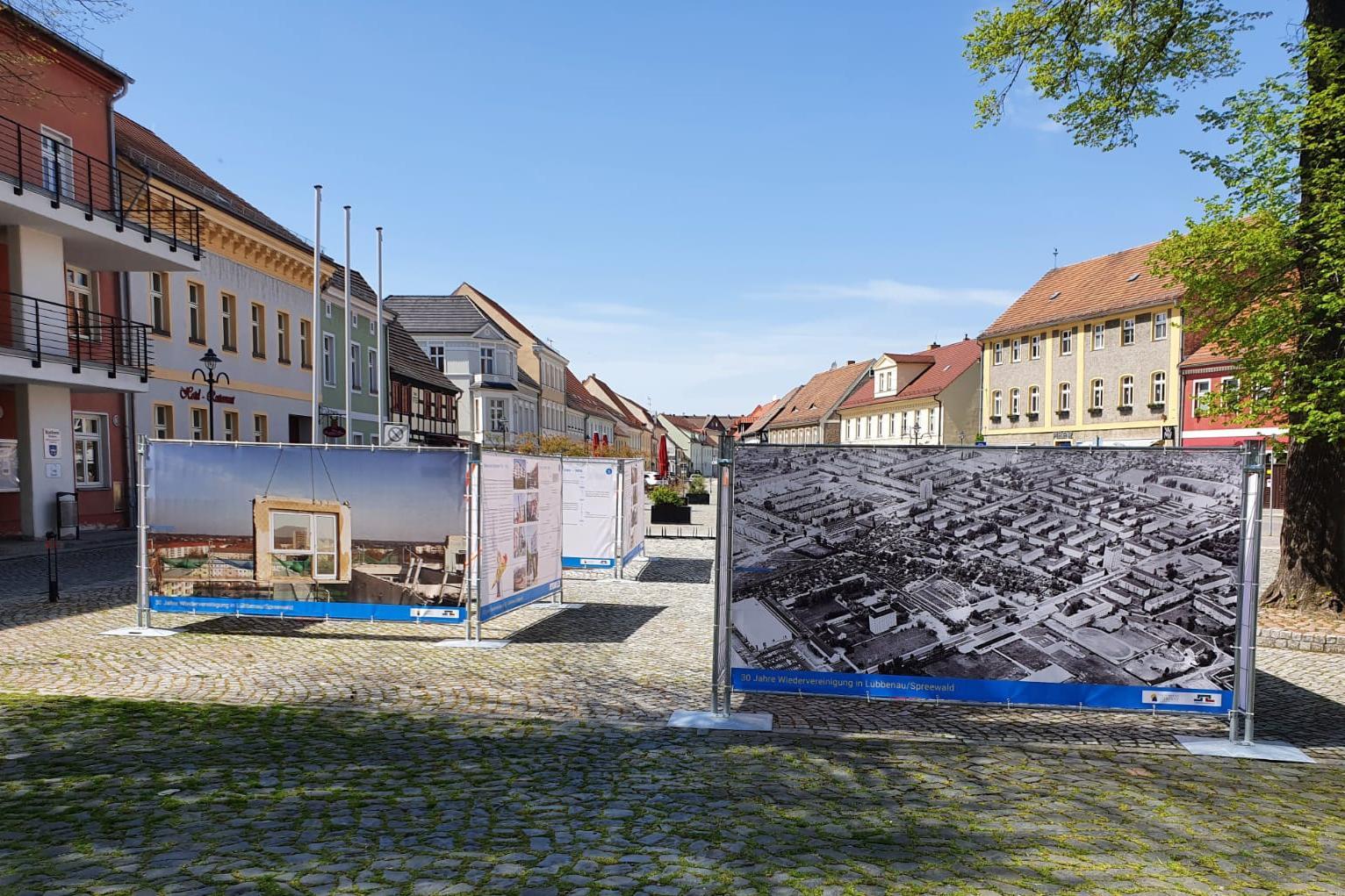 Bild2 Blick auf die Freiluftausstellung auf dem Lübbenauer Kirchplatz, Quelle: LUEBBENAUBRUECKE, Michael Hensel