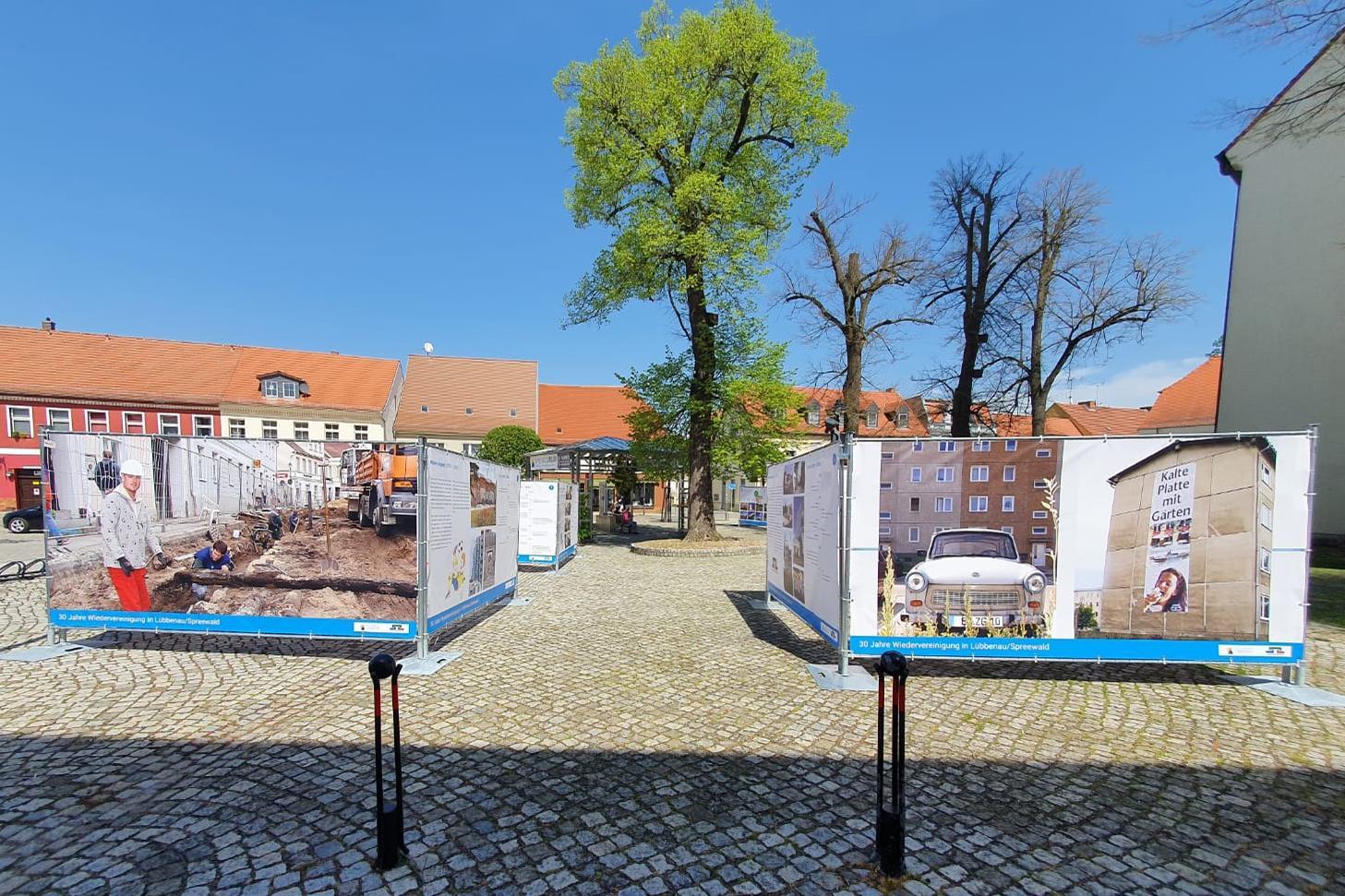 Bild3 Blick auf die Freiluftausstellung auf dem Lübbenauer Kirchplatz, Quelle: LUEBBENAUBRUECKE, Michael Hensel
