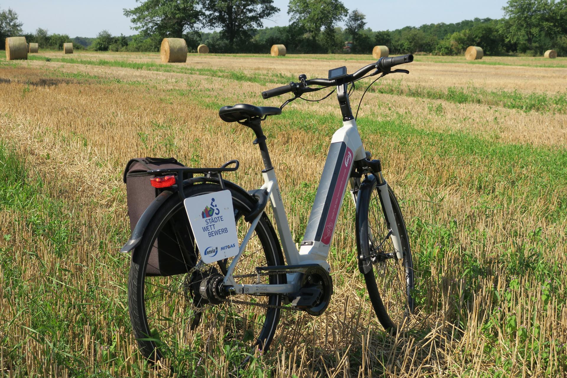 """Mit diesem Rad waren der Bürgermeister sowie einige Mitarbeiter der Verwaltung im August unterwegs, um """"Strecke zu machen"""". Foto: Stadt Calau / Jan Hornhauer"""