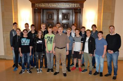 Die Projektgruppe im Rathaus mit Bürgermeister Dr. Oliver Hermann (Mitte) und Marcel Elverich (r.)