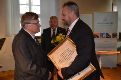Preisverleihung an Dr. Hanspeter Wulff-Woesten durch Bürgermeister Holger Obst, im Hintergrund Laudator Burkhard Knittel.