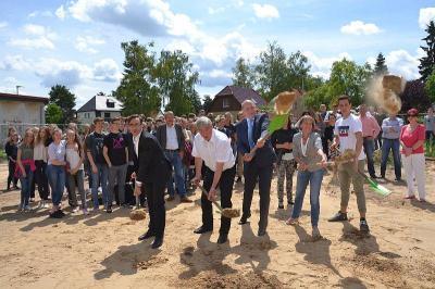 Symbolischer Spatenstich läutet Baubeginn der neuen Zweifeldhalle am Vicco-von-Bülow-Gymnasium ein