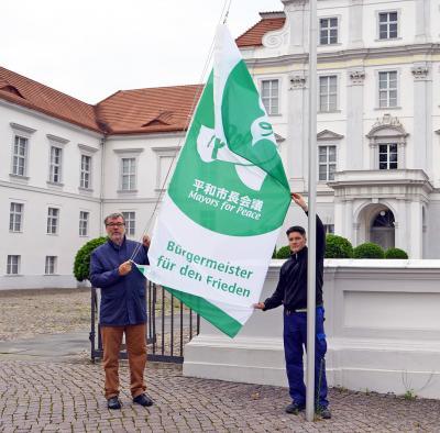 Foto zu Meldung: Bürgermeister hisst Flagge für den Frieden