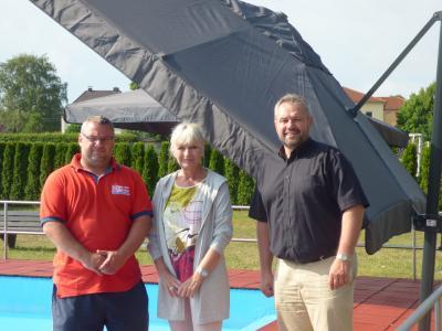 Vorschaubild zur Meldung: Neue Sonnenschirme im Nichtschwimmerbereich in unserem Freibad