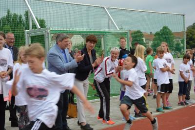 Bürgermeister, Ministerin und Rektorin Kerstin Schulz feuerten die Läufer beim 50 m-Sprint auf der neuen Bahn an. I Foto: Christiane Schomaker