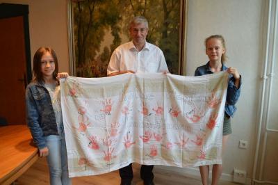 """Foto zur Meldung: Schülerinnen der Lessing-Grundschule übergeben """"Rote Hände"""" an Bürgermeister"""