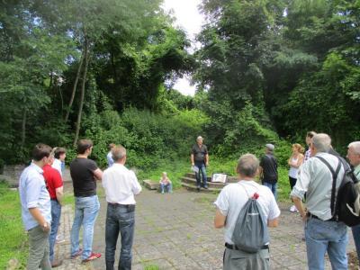 Gästeführer Klaus Ahrendt vor den historischen Treppen der Küstriner Loge