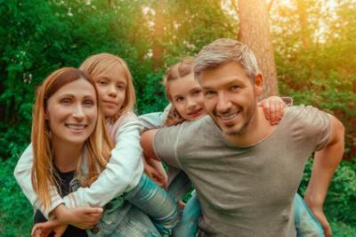 Fröhliche Famile bei einem Tagesausflug, Foto: ©detailblick-foto - stock.adobe.com