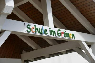 Schöne Ferien wünschen alle Mitarbeiter der Schule im Grünen!