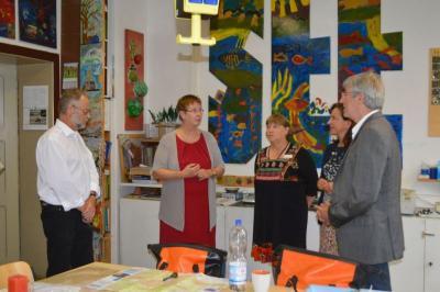 Foto zur Meldung: Staatssekretärin Dr. Ulrike Gutheil übergibt Förderbescheid an die Kunstschule Haus am Anger