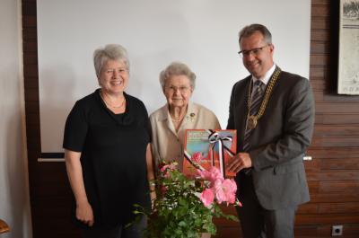 Rosemarie Freudenberger (Mitte) mit Museumsleiterin Marianne Abel und Bürgermeister Martin Dannhäußer