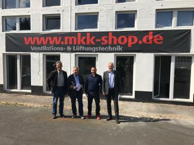 Ortsvorsteher Gerhard Werthmann, Magistratsmitglied Werner Jung, Geschäftsführer MKK-SHOP Sebastian Lis, Bürgermeister Andreas Weiher