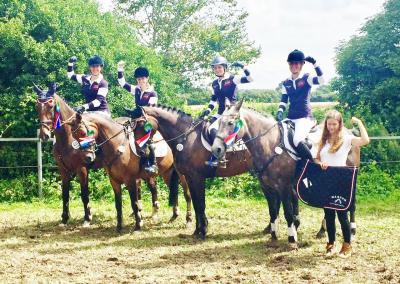 Foto zu Meldung: Zum Schluss noch eins rauf: Reiterinnen in der Champ-Trophy Sechste und zufrieden