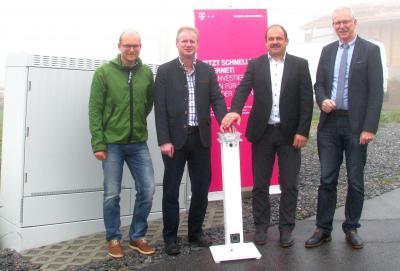 Der Start für das schnelle Internet (stehend von links):  Andreas Eberl (Kämmerer der Gemeinde Hohenau), Klaus Schuster (Dritter Bürgermeister der Gemeinde Hohenau), Christian Mandl (Gemeinderat der Gemeinde Hohenau) und  Ludger Brüggemann (Regionalmanage