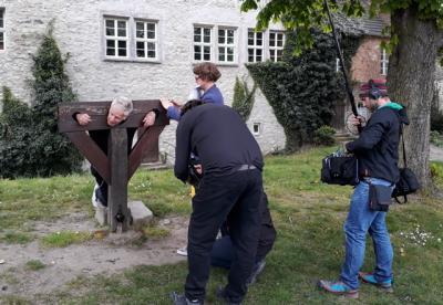 Sänger Michael Rhein im Pranger der Wasserburg Egeln