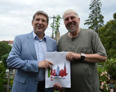 Bürgermeister Dr. Oliver Hermann (l.) überreichte Jürgen Schmidt ein kleines Geburtstagspräsent. I Foto: Christiane Schomaker