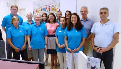 Am Montag, den 31. Juli, eröffnete die Gemeinschaftspraxis Maier/ Staufenbiel in neuen Räumlichkeiten. Bürgermeisterin Monika Böttcher (Bildmitte) und Werner Zang (2.v.r., Leiter des Betriebshofs) gratulieren herzlich zum Einzug.