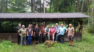 Schutzhütte Sebbel mit Helfern
