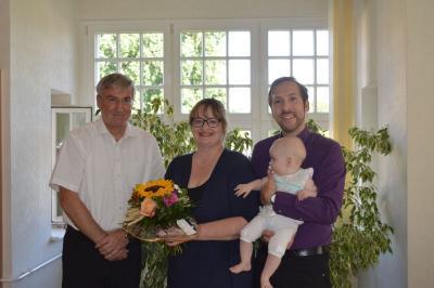 Bürgermeister Heiko Müller begrüßte Familie Uhlig in ihrem neuen Wohnort Falkensee.