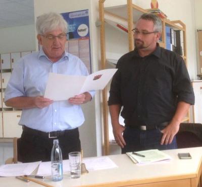 Schulleiter Guckenbiehl (links) ernennt Tobias Friedsam (rechts) zum ständigen Vertreter des Schulleiters