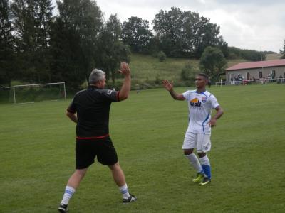 Werden die Wariner auch an diesem Spieltag wieder Grund zum Jubeln haben? So wie am Pokalwochenende gegen Brüel. FC Seenland Coach Norman Ziemens beglückwünscht hier Carlos Alberto zu seinem gerade erzielten Treffer zum 0:2.