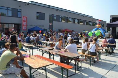 Zahlreiche Falkenseerinnen, Falkenseer und Gäste besuchten in 2016 das Stadtfest auf dem Campusplatz.
