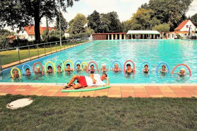 Die Wassergymnastikgruppe mit Schwimmmeister Eddy Anders