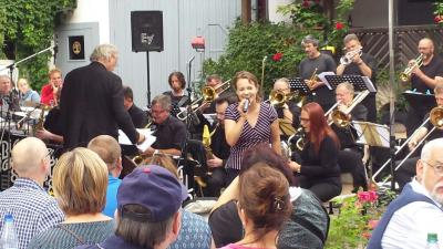 """Foto zur Meldung: Die Big Band 82 begeistert beim letzten """"Live im Hof""""-Konzert im Hof der Alten Mühle"""