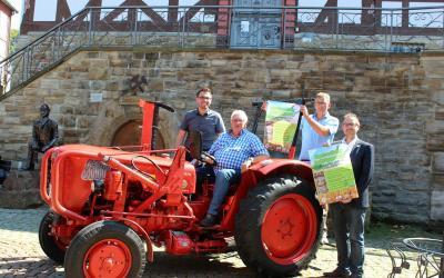 Freuen sich gemeinsam auf den Kupferstädter Bauernmarkt. Von links: Alexander Dupont (Stadtmanager), Georg Krawczyk (Schlepperfreunde), Axel Fahnert (ASH), Thomas Eckhardt (Bürgermeister)