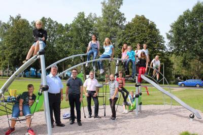 Neue und frisch eingeweihte Attraktion für Kinder und Jugendliche auf der Breitwiese: Die Zwei-Turm-Kletteranlage bietet viele Spielmöglichkeiten und trainiert die dynamische Motorik.