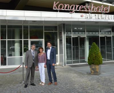 Bürgermeister Oliver Hermann, Christiane Schomaker und Christian Fenske vor dem Kongresshotel in Potsdam, in dem die Präsentation zur Kommune des Jahres stattfand. (v.l.)
