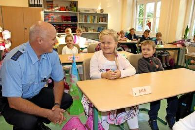 Revierpolizist Thomas Schröder ging am ersten Schultag auch zu den Abc-Schützen.