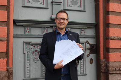 Bürgermeister Thomas Eckhardt mit dem über 20 Seiten umfangreichen und erfolgreichen Antrag auf Aufnahme in das Förderprogramm Dorfentwicklung.