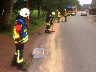 Mit Bindemittekn rückte die Feuerwehr der Ölspur zu Leibe (Foto: Hermann Stieler)
